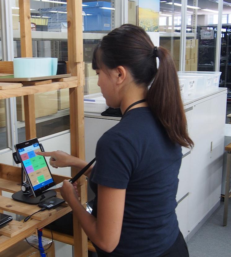 三鷹倉庫ではタブレット端末を使用している