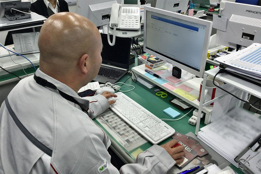 写真1:海老名物流センターにて管理画面をチェック