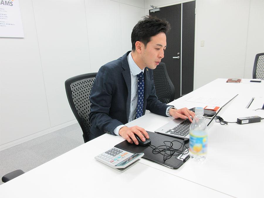 写真2:大阪本社にて管理画面をチェック(遠藤氏)。同じデータをリモートで確認し、現場と相談しながら一緒に対策を考えることができる。