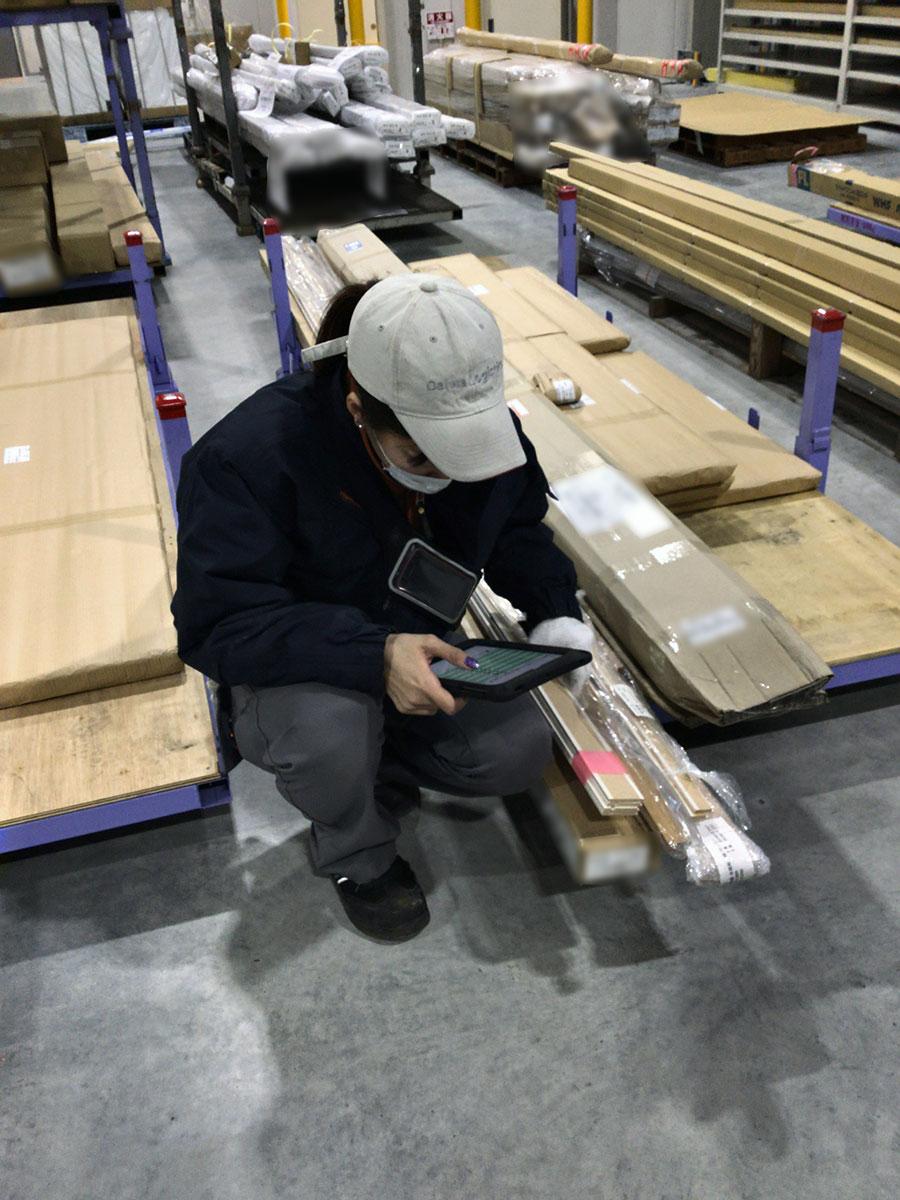写真5:海老名物流センターではタブレット端末も利用